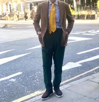 Cómo combinar: blazer a cuadros marrón, camisa de vestir de rayas verticales en blanco y azul marino, pantalón de vestir verde oscuro, mocasín de ante en marrón oscuro