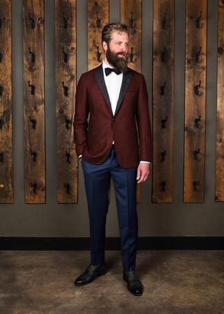 Cómo combinar: blazer de lana burdeos, camisa de vestir blanca, pantalón de vestir azul marino, zapatos oxford de cuero negros
