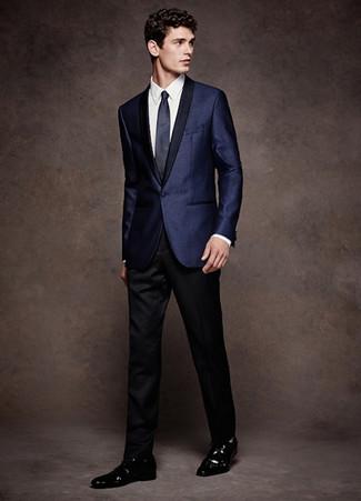 Cómo combinar: blazer de satén azul marino, camisa de vestir blanca, pantalón de vestir negro, zapatos derby de cuero negros