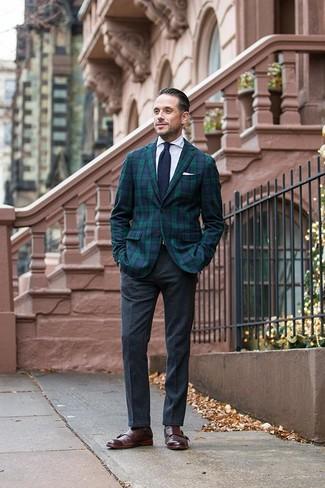 Cómo combinar: blazer de tartán en azul marino y verde, camisa de vestir blanca, pantalón de vestir de lana en gris oscuro, zapatos con doble hebilla de cuero en marrón oscuro