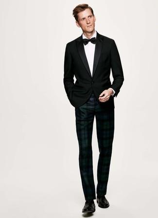 Cómo combinar: blazer negro, camisa de vestir blanca, pantalón de vestir de tartán en azul marino y verde, mocasín de cuero negro