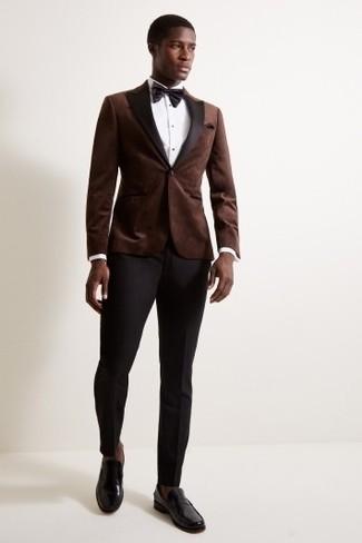 Cómo combinar: blazer de terciopelo en marrón oscuro, camisa de vestir blanca, pantalón de vestir negro, mocasín de cuero negro