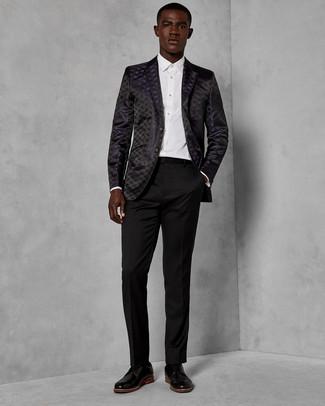Cómo combinar: blazer de brocado negro, camisa de vestir blanca, pantalón de vestir negro, zapatos derby de cuero negros