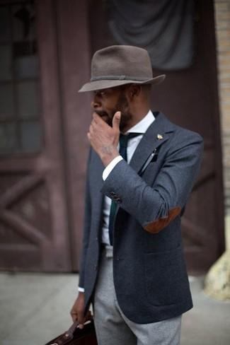 Cómo combinar: blazer de lana en gris oscuro, camisa de vestir blanca, pantalón de vestir de lana gris, sombrero de lana en marrón oscuro