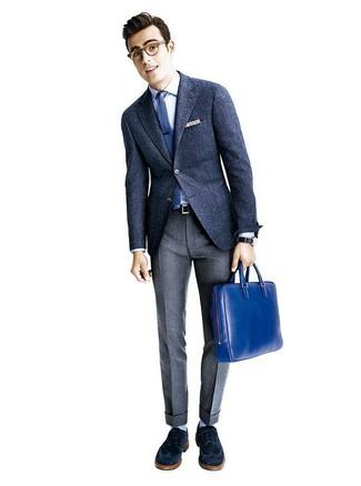 Cómo combinar: blazer de lana azul marino, camisa de vestir blanca, pantalón de vestir de lana gris, zapatos brogue de ante azul marino