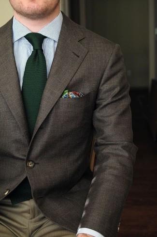 Cómo combinar: blazer en marrón oscuro, camisa de vestir de rayas verticales blanca, pantalón de vestir marrón, corbata de lana verde oscuro