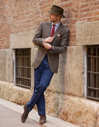 Cómo combinar: blazer de lana de tartán marrón, camisa de vestir celeste, pantalón de vestir azul, zapatos oxford de ante en marrón oscuro