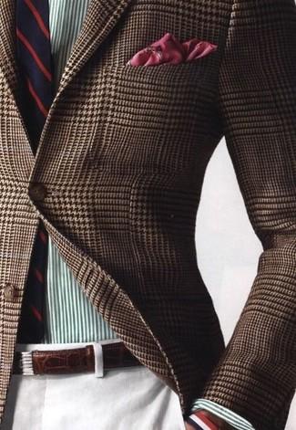 Cómo combinar: blazer de pata de gallo marrón, camisa de vestir de rayas verticales verde, pantalón de vestir blanco, corbata de rayas verticales en rojo y azul marino