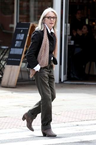 Cómo combinar: blazer de lana negro, camisa de vestir blanca, pantalones anchos verde oliva, botines de cuero en gris oscuro