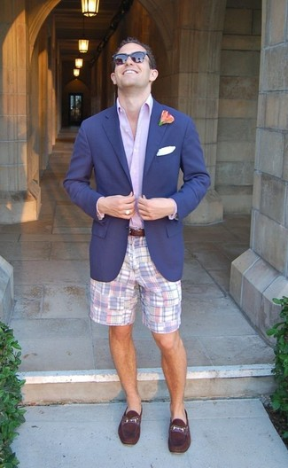 Cómo combinar: blazer azul marino, camisa de vestir violeta claro, pantalones cortos de tartán violeta claro, mocasín de cuero morado oscuro