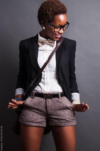 Cómo combinar: blazer negro, camisa de vestir blanca, pantalones cortos de lana grises, bolso bandolera de cuero en marrón oscuro