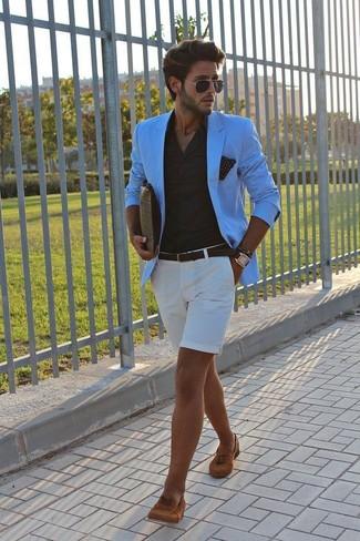 Cómo combinar: blazer en turquesa, camisa de vestir negra, pantalones cortos blancos, mocasín con borlas de ante en tabaco