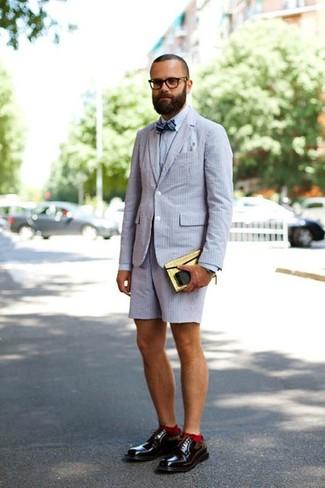 Cómo combinar: blazer de seersucker gris, camisa de vestir gris, pantalones cortos de seersucker grises, zapatos derby de cuero burdeos