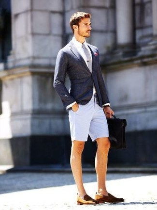 Cómo combinar: blazer en gris oscuro, camisa de vestir blanca, pantalones cortos grises, mocasín de cuero marrón