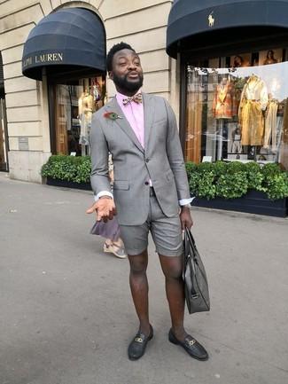 Cómo combinar: blazer gris, camisa de vestir rosada, pantalones cortos grises, mocasín de cuero negro