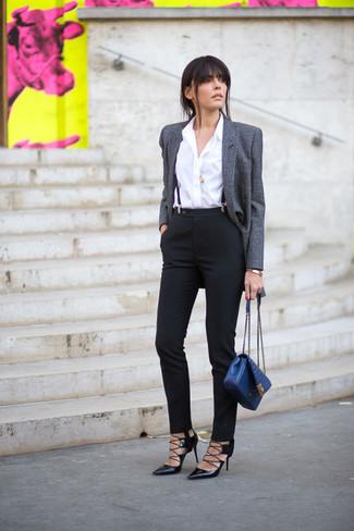Cómo combinar: blazer de lana gris, camisa de vestir blanca, pantalones pitillo negros, zapatos de tacón de cuero negros
