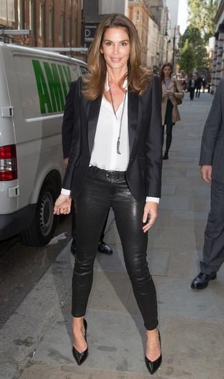 Cómo combinar: blazer de satén negro, camisa de vestir de seda blanca, pantalones pitillo negros, zapatos de tacón de cuero negros
