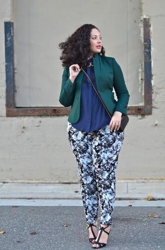 Cómo combinar: blazer verde oscuro, camisa de vestir azul marino, pantalones pitillo con print de flores en negro y blanco, sandalias de tacón de cuero negras