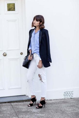 Cómo combinar: blazer azul marino, camisa de vestir celeste, vaqueros boyfriend desgastados blancos, sandalias de tacón de ante negras