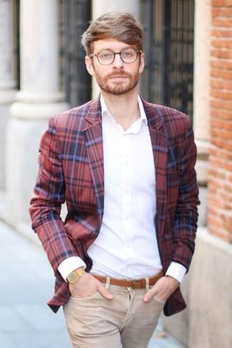 Cómo combinar: blazer de tartán en rojo y azul marino, camisa de vestir blanca, vaqueros marrón claro, correa de cuero en tabaco