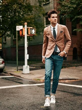 Cómo combinar: blazer de lana marrón, camisa de vestir blanca, vaqueros azul marino, tenis blancos