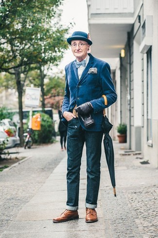 Cómo combinar: blazer vaquero azul, camisa de vestir blanca, vaqueros azul marino, zapatos brogue de cuero marrónes