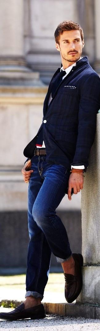 Cómo combinar: blazer de rayas verticales azul marino, camisa de vestir blanca, vaqueros azul marino, mocasín de cuero en marrón oscuro