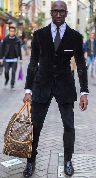 Cómo combinar: blazer de pana negro, camisa de vestir celeste, vaqueros de pana negros, botines chelsea de cuero negros