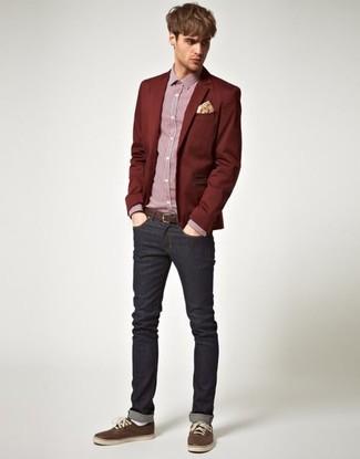 Cómo combinar: blazer burdeos, camisa de vestir de cuadro vichy roja, vaqueros negros, tenis en marrón oscuro