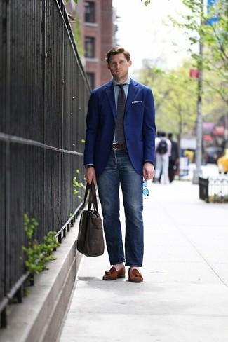 Cómo combinar: blazer azul marino, camisa de vestir celeste, vaqueros azul marino, mocasín con borlas de ante marrón