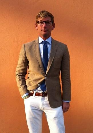 Cómo combinar: blazer verde oliva, camisa de vestir celeste, vaqueros blancos, corbata azul marino