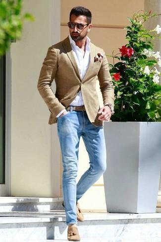 Cómo combinar: blazer marrón claro, camisa de vestir blanca, vaqueros celestes, mocasín con borlas de ante marrón claro