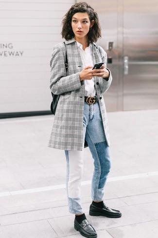 Cómo combinar: blazer de tartán gris, camisa de vestir blanca, vaqueros celestes, mocasín de cuero negros