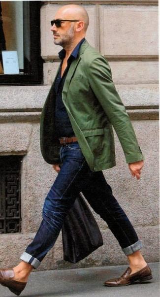 Cómo combinar: blazer verde, camisa de vestir azul marino, vaqueros azul marino, mocasín de cuero marrón