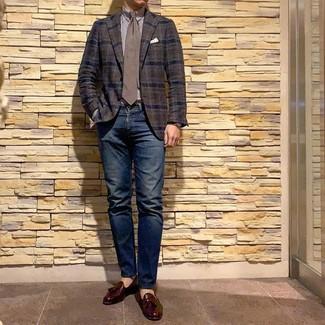 Cómo combinar: blazer de tartán en marrón oscuro, camisa de vestir de rayas verticales en blanco y marrón, vaqueros azul marino, mocasín con borlas de cuero burdeos