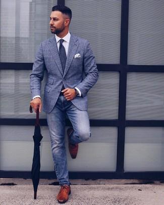 Cómo combinar: blazer de tartán azul, camisa de vestir blanca, vaqueros azules, zapatos derby de cuero marrónes