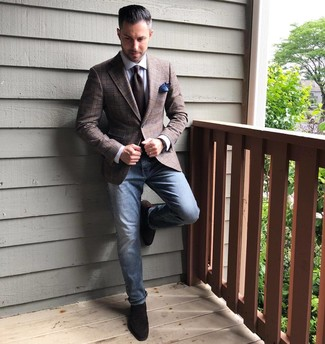 Cómo combinar: blazer de tartán marrón, camisa de vestir blanca, vaqueros azules, mocasín de ante en marrón oscuro