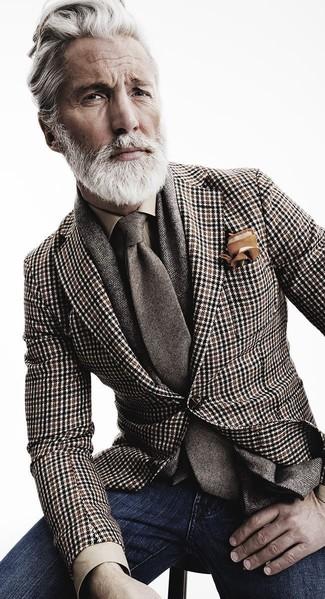 Utiliza un blazer de pata de gallo marrón y unos vaqueros azul marino para lograr un estilo informal elegante.