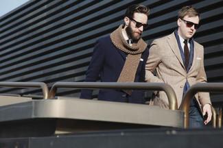 Cómo combinar: blazer marrón claro, camisa de vestir blanca, vaqueros azul marino, corbata en marrón oscuro
