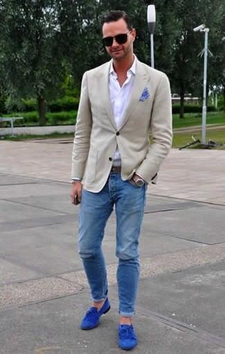 Cómo combinar: blazer en beige, camisa de vestir blanca, vaqueros pitillo azules, mocasín con borlas de ante azul