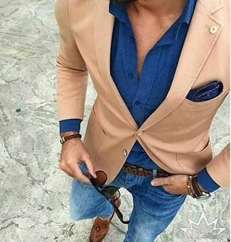 Cómo combinar: blazer marrón claro, camisa de vestir azul, vaqueros pitillo azules, mocasín con borlas de cuero marrón