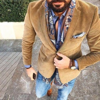 Cómo combinar: blazer de pana marrón, camisa de vestir azul, vaqueros pitillo azules, mocasín de ante marrón