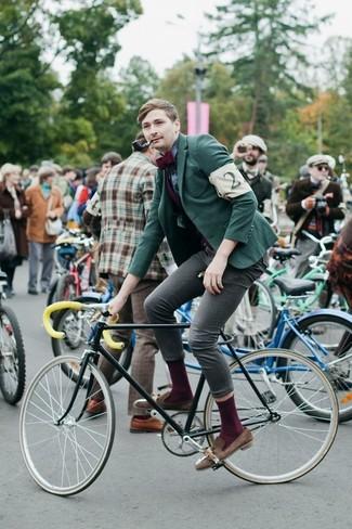 Cómo combinar: blazer verde, camisa de vestir de tartán azul marino, vaqueros pitillo grises, mocasín con borlas de ante marrón