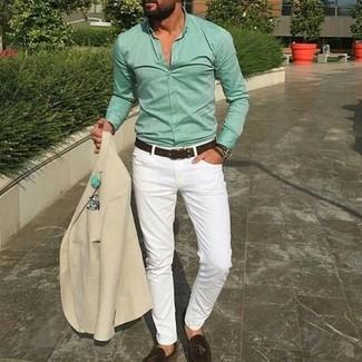 Cómo combinar: blazer en beige, camisa de vestir en verde menta, vaqueros pitillo blancos, mocasín con borlas de cuero en marrón oscuro
