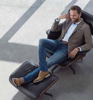 Cómo combinar: blazer marrón, camisa de vestir celeste, vaqueros pitillo azules, botas safari de cuero marrónes