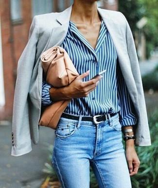 Cómo combinar: blazer gris, camisa de vestir de rayas verticales en blanco y azul, vaqueros pitillo celestes, cartera sobre de cuero marrón claro