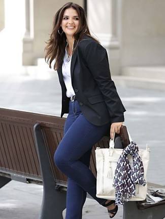 Cómo combinar: blazer negro, camisa de vestir blanca, vaqueros pitillo azul marino, sandalias de tacón de cuero negras