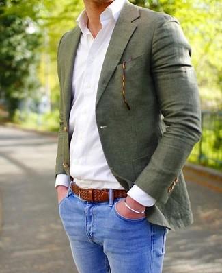 Cómo combinar: blazer verde oliva, camisa de vestir blanca, vaqueros pitillo azules, correa de cuero tejida marrón