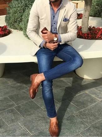 Cómo combinar: blazer en beige, camisa de vestir de cuadro vichy en azul marino y blanco, vaqueros pitillo azules, mocasín con borlas de cuero marrón