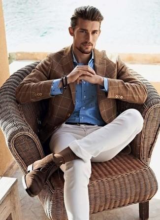 Cómo combinar: blazer a cuadros marrón, camisa de vestir a lunares azul, vaqueros pitillo blancos, botas safari de ante marrónes